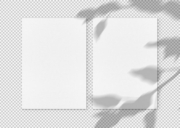 Isolé deux feuilles de papier avec des ombres