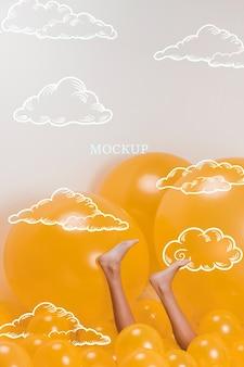 Jambes de modèle sur des nuages jaunes