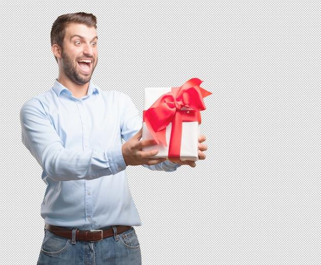 Jeune bel homme tenant la boîte actuelle