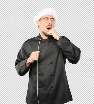 Jeune chef s'ennuie, geste de bâillement