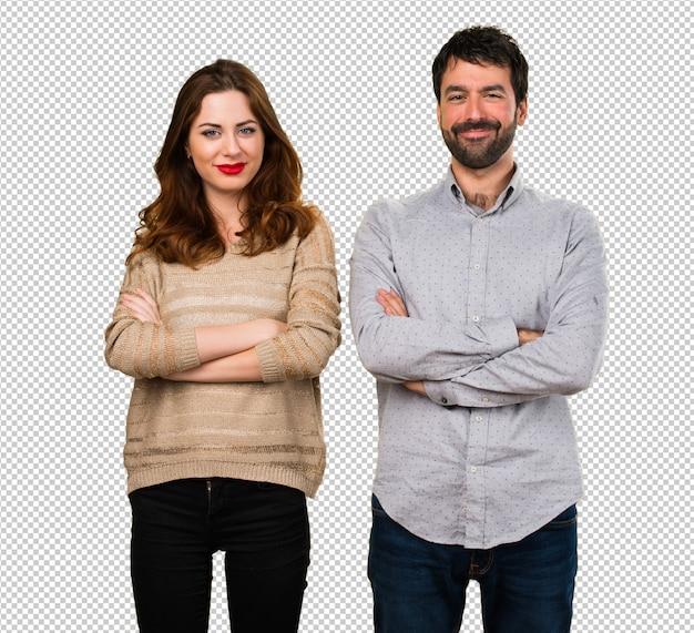Jeune couple avec les bras croisés