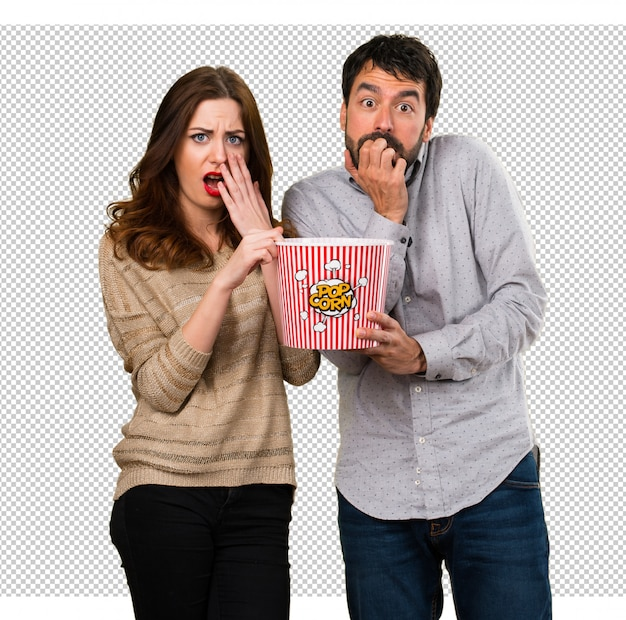 Jeune couple, manger, popcorns