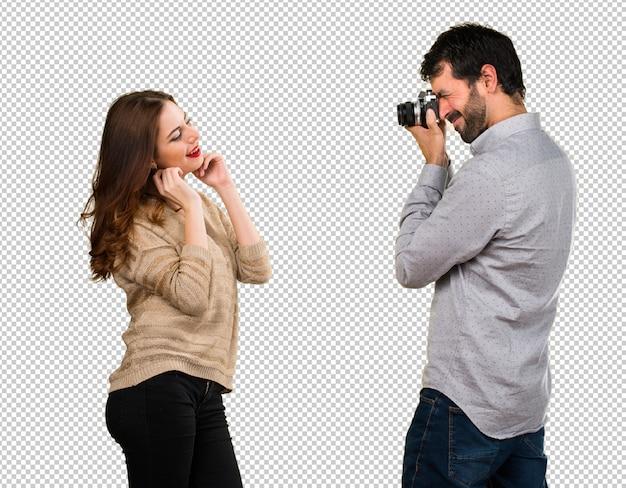 Jeune couple photographiant