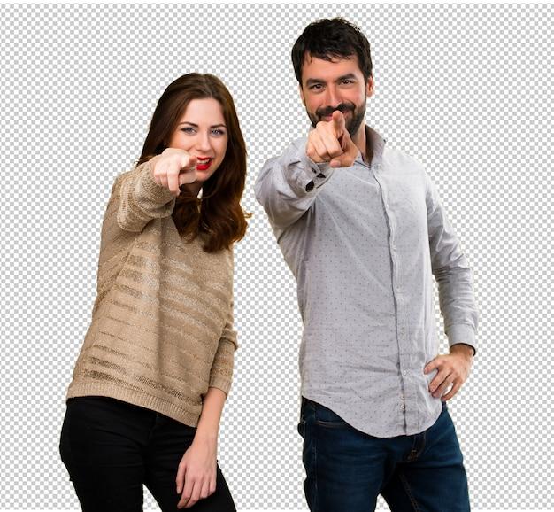 Jeune couple pointant vers l'avant