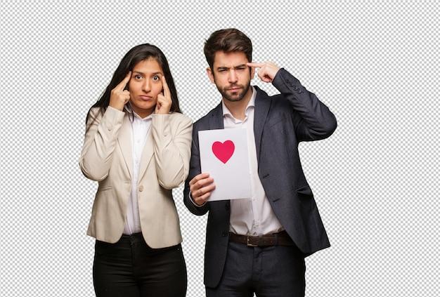 Jeune couple en saint valentin fait un geste de concentration