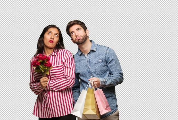Jeune couple en saint valentin fatigué et ennuyé