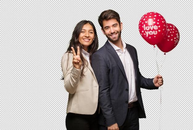Jeune couple, saint valentin, montrer, numéro deux