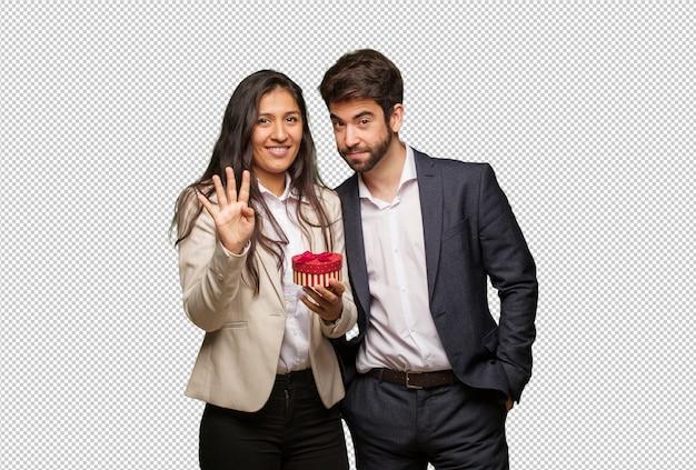 Jeune couple, saint valentin, montrer, numéro quatre