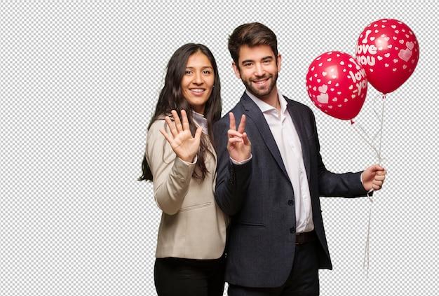 Jeune couple, saint valentin, montrer, numéro sept