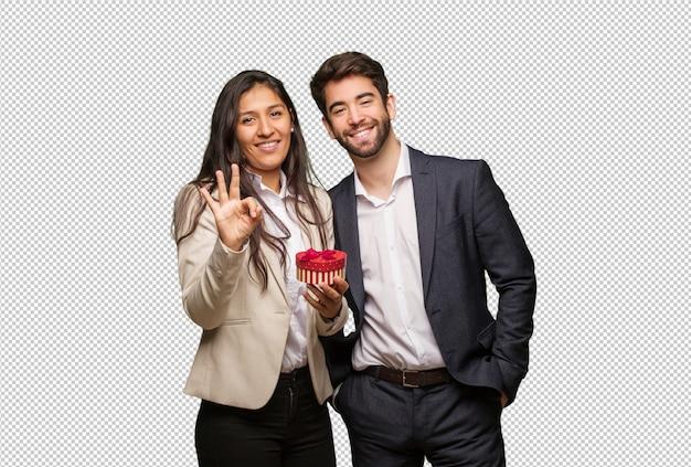 Jeune couple, saint valentin, montrer, numéro trois