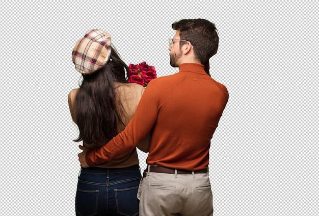Jeune couple en saint valentin par derrière penser à quelque chose