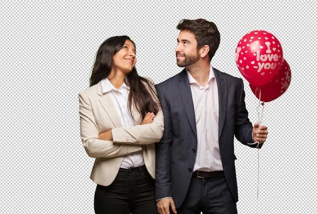 Jeune couple à la saint-valentin rêvant d'atteindre ses objectifs
