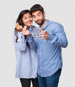 Jeune couple tenant un caddie