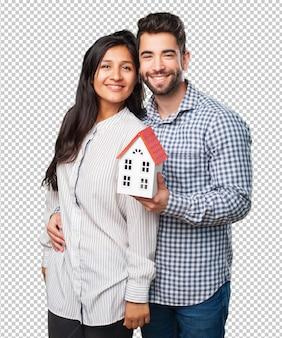 Jeune couple tenant une maison