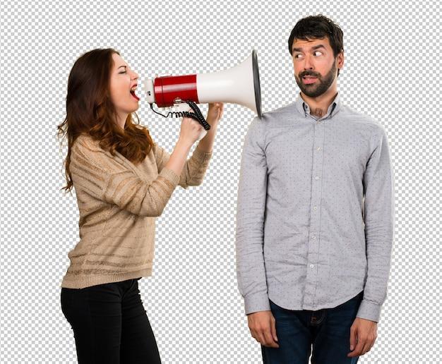 Jeune couple tenant un mégaphone