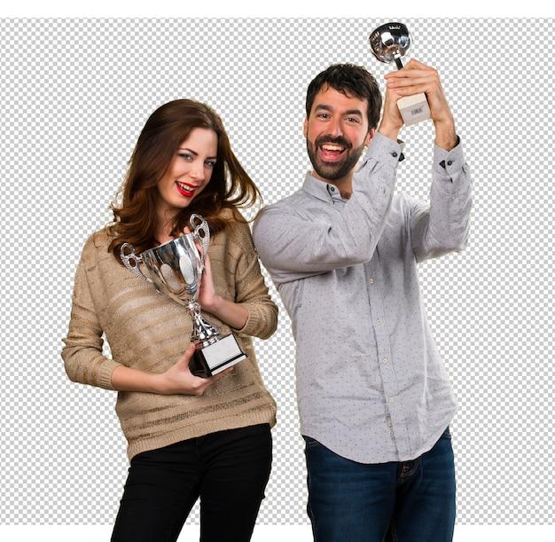 Jeune couple tenant un trophée