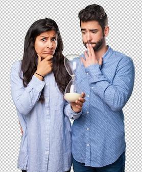 Jeune couple, tenue, a, sablier