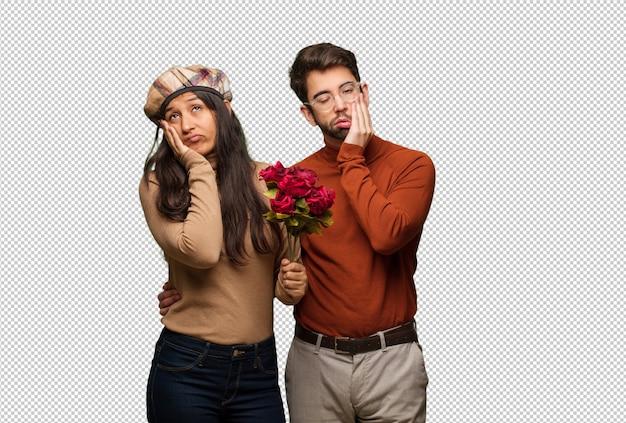Jeune couple en valentin fatigué et très fatigué