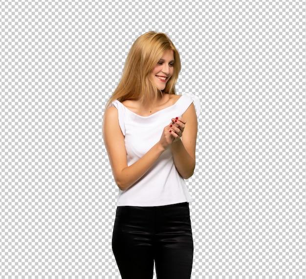 Jeune femme blonde applaudissant après une présentation lors d'une conférence