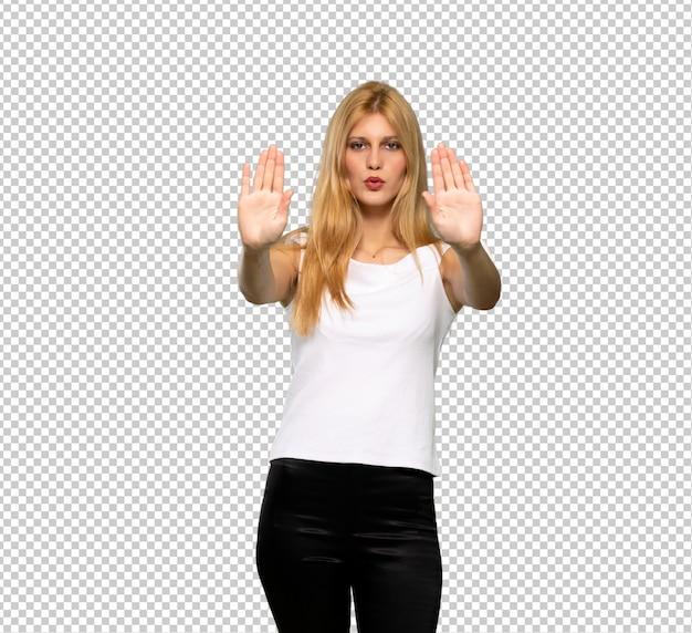 Jeune femme blonde faisant un geste d'arrêt déçue d'un avis