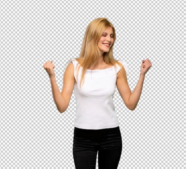 Jeune femme blonde fête sa victoire