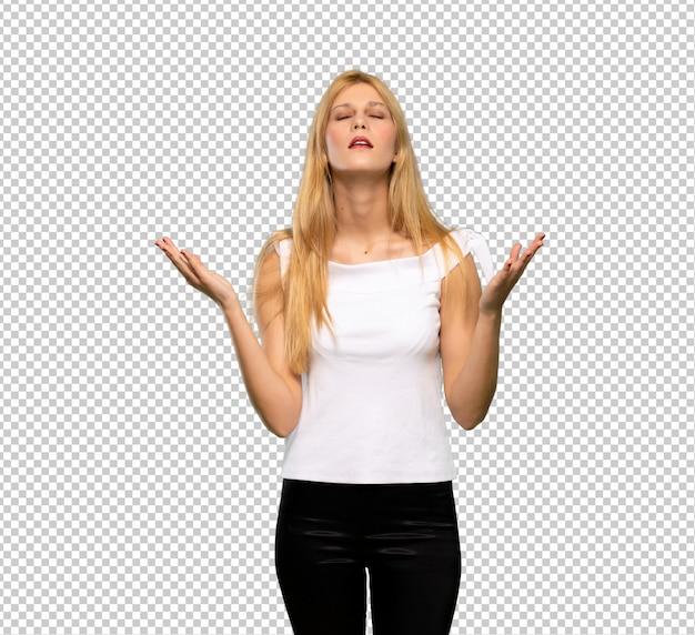 Jeune femme blonde frustrée par une mauvaise situation