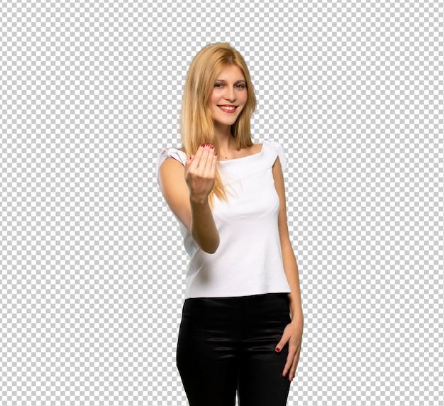 Jeune femme blonde invitant à venir avec la main. heureux que tu sois venu
