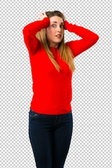 Jeune femme blonde malheureuse et frustrée par quelque chose. expression faciale négative