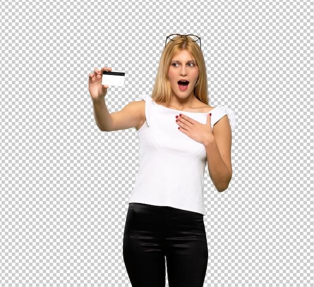 Jeune femme blonde avec smartphone tenant brisé
