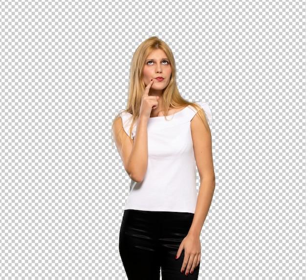 Jeune femme blonde souriante et regardant vers l'avant avec visage confiant