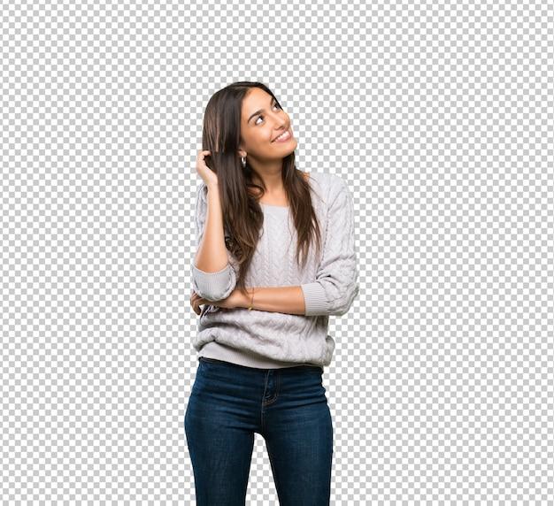 Jeune femme brune hispanique pensant une idée