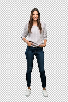 Jeune femme brune hispanique en riant