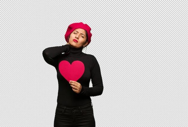 Jeune femme dans la saint valentin souffrant de douleurs au cou