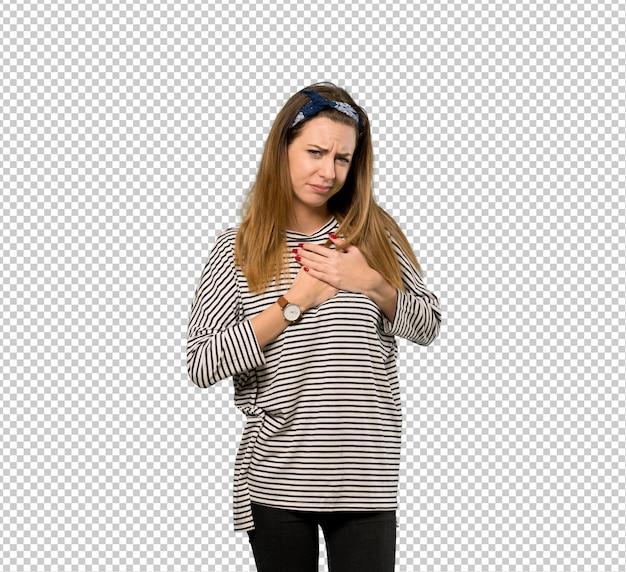 Jeune femme avec foulard ayant une douleur au coeur