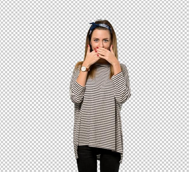 Jeune femme avec foulard couvrant la bouche avec les mains pour avoir dit quelque chose d'inapproprié