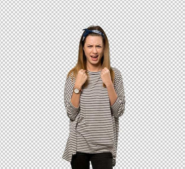 Jeune femme avec foulard frustré par une mauvaise situation