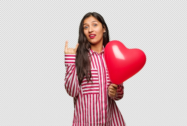 Jeune femme indienne célébrant la saint valentin
