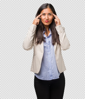 Jeune femme indienne faisant un geste de concentration, regardant droit devant elle, concentrée sur un but