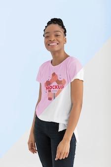 Jeune femme avec une maquette de t-shirt
