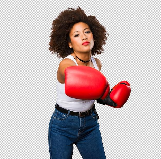 Jeune femme noire à l'aide de gants de boxe