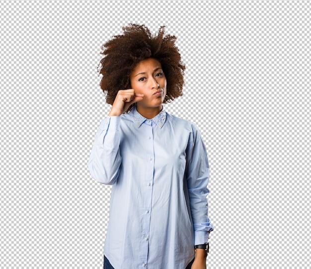 Jeune femme noire faisant le geste du silence