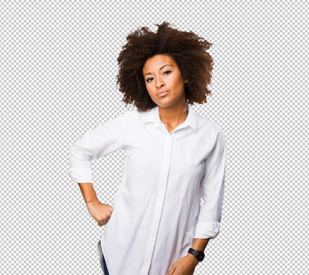 Jeune femme noire posant