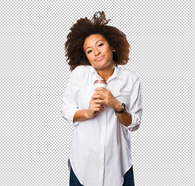 Jeune femme noire tenant un café
