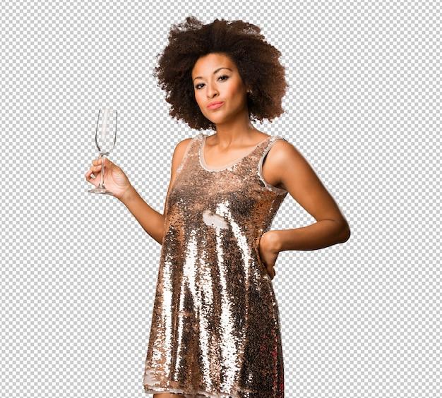 Jeune femme noire tenant un verre à cocktail