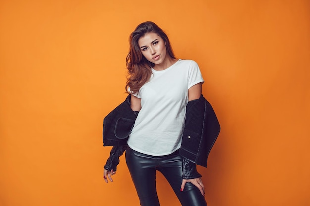 Jeune femme portant la conception de maquette de chemise