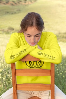 Jeune femme portant un sweat à capuche à manches longues