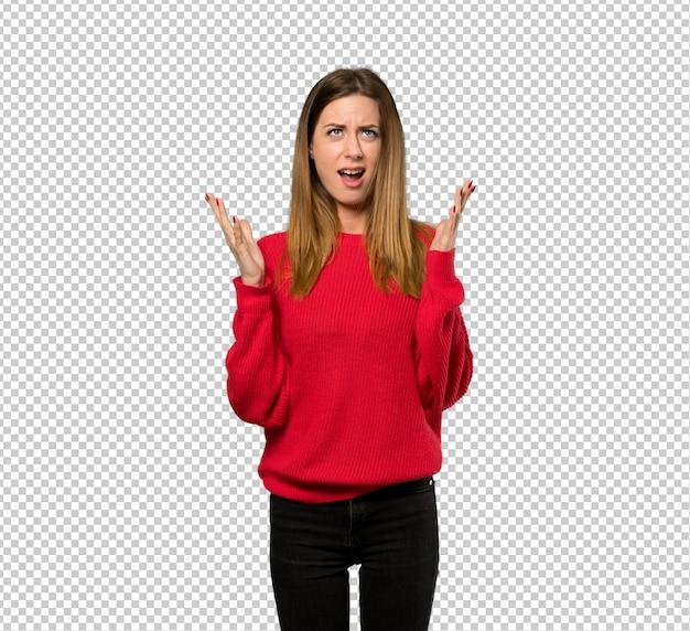 Jeune femme avec un pull rouge frustré par une mauvaise situation
