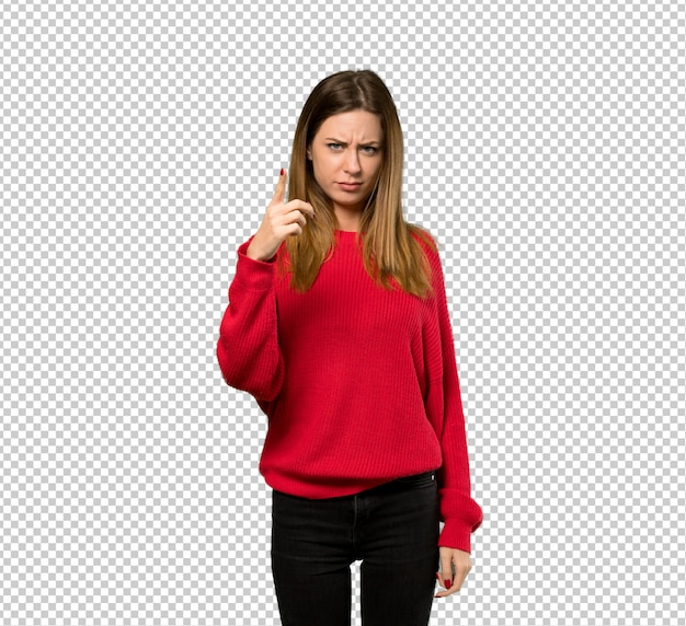 Jeune femme avec un pull rouge frustré et pointant vers l'avant