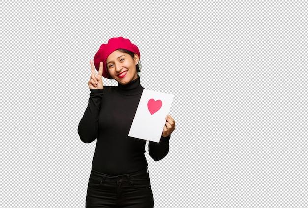 Jeune femme, saint valentin, amusement, heureux, faire, geste victoire