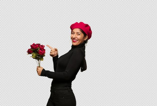 Jeune femme en saint valentin pointant sur le côté avec le doigt